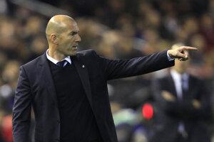 Tréner Realu Madrid Zinedine Zidane rozdáva pokyny svojim zverencom.