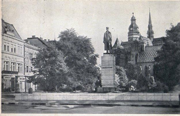 Socha M. R. Štefánika na Hlavnej ulici.