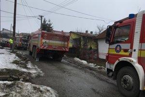 Tesne po uhasení  Na miesto prišlo viacero hasičských vozidiel.