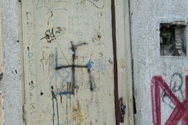 Za lepenie či kreslenie hákového kríža hrozí trojročné väzenie.