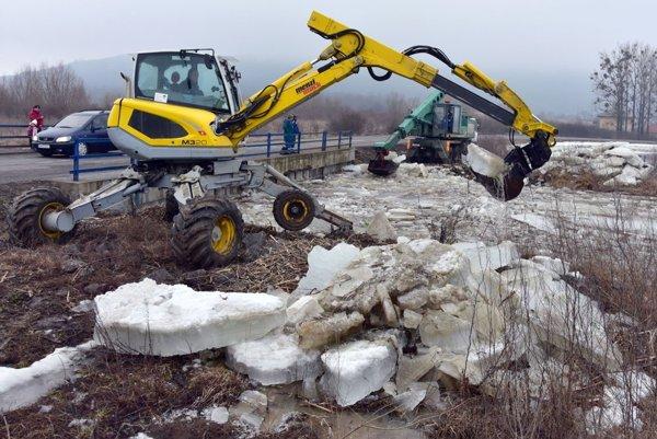Vyberanie ľadových krýh z Roňavy pomohlo znížiť jej hladinu.