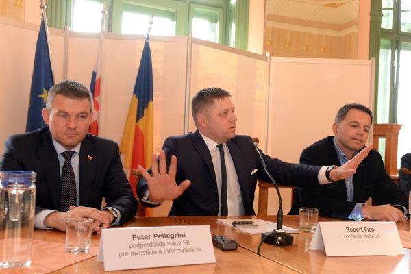 Na snímke zľava podpredseda vlády SR pre investície a informatizáciu Peter Pellegrini, predseda vlády SR Robert Fico a minister financií SR Peter Kažimír.