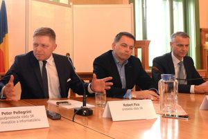Na snímke zľava predseda vlády SR Robert Fico, minister financií SR Peter Kažimír a primátor Košíc Richard Raši.