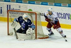 Michal Dzubina (na ilustračnej snímke) v Nových Zámkoch čelil 33 pokusom domácich hráčov.