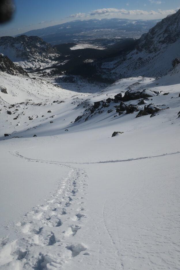 V úvode doliny v mačkách, vyššie už v snežniciach.