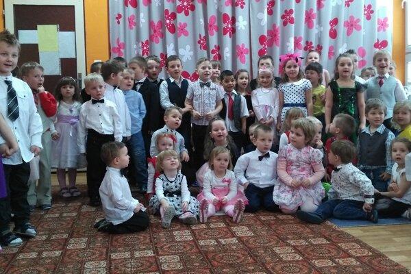 Deti si zatancovali spoločenské, ľudové tance azaspievali populárne pesničky.