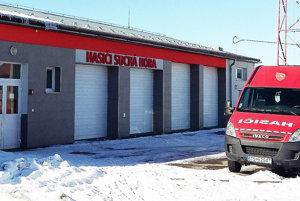 Zrekonštruovaná budova zbrojnice slúži miestnym hasičom, potrebujú však viac priestoru.