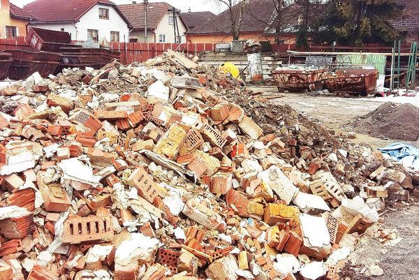Časť odpadu dnes Trstenčania sústreďujú vzariadení na zber odpadov.