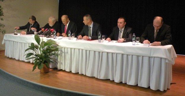 Tlačová konferencia kdostavbe D1 vRužomberku. Zľava: J. Murina, V. Soták, I. Čombor, J. Nosko, J. Bobek, M. Javorka.