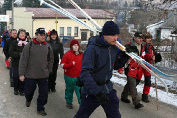Väčšina účastníkov si vybrala jednu z trás určených pre peších turistov. No našli sa aj takí, ktorí pochod absolvovali na lyžiach.