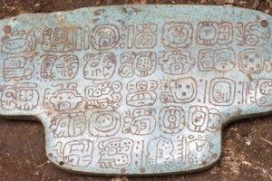 Nefritový náprsný prívesok je zdobený tridsiatimi mayskými hieroglyfmi. Ich presný význam stále analyzujú.
