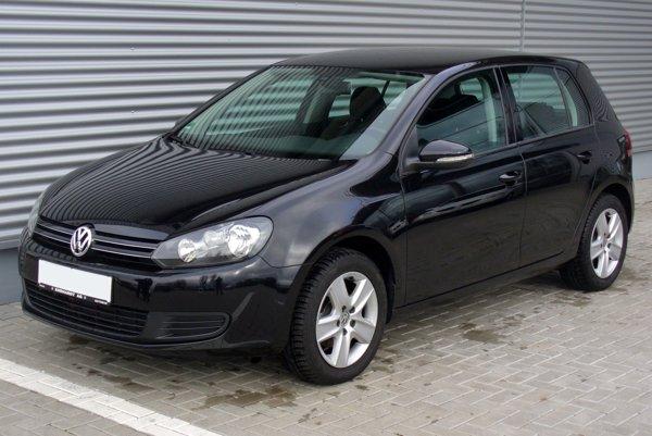 Volkswagen Golf. Policajt tvrdí, že si na miesto vodičky presadol.