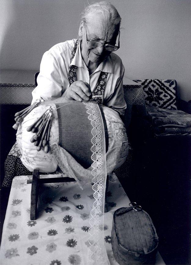 Čipkárka Zuzana Hutyrová (nar. 1921) z Priepasného pri paličkovaní tylovej čipky