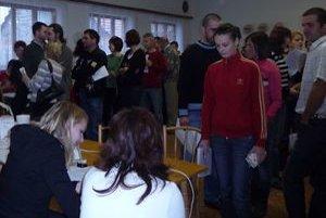 V kultúrnom dome  sa zišlo viac ako sedemdesiat ľudí, ochotných pomôcť Deniskovi.