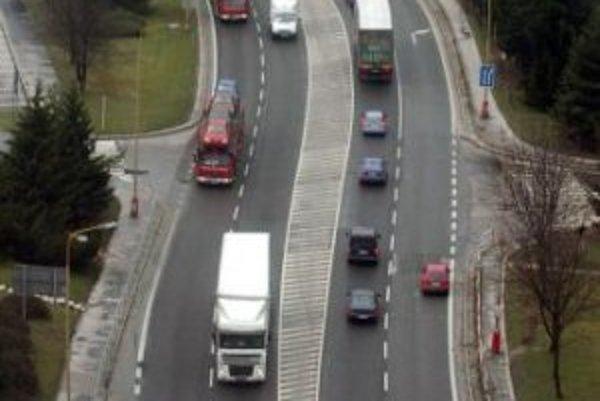 Pohľad na centrálnu križovatku v Považskej Bystrici, ktorú od 9. marca 2007 riadi Inteligentný dopravný systém.