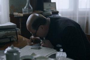 Jan Masaryk vo filme veľa pije a šnupe kokain.