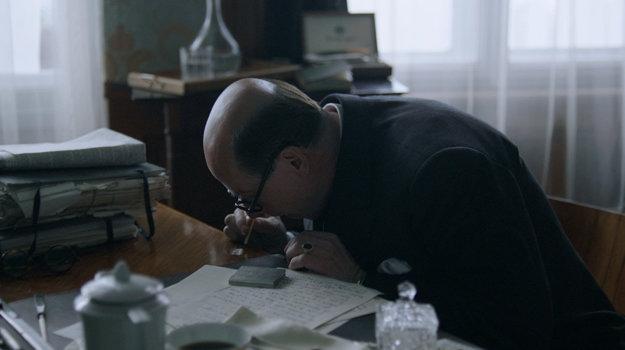 Jan Masaryk vo filme veľa pije a šnupe kokaín.