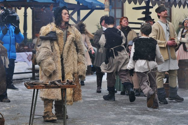 Lukáš Frlajs, ktorý stvárňuje hlavnú postavu Lukáša, sa prechádza po predvianočnom trhovisku počas úvodného dňa nakrúcania.