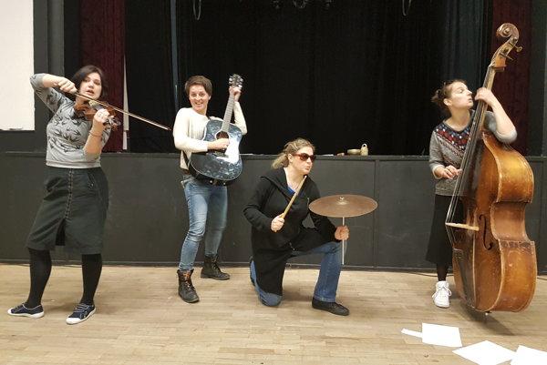 Záber zo skúšky - zľava Katarína Petrusová, Ľubomíra Dušaničová, Agáta Spišáková a Lucia Korená.