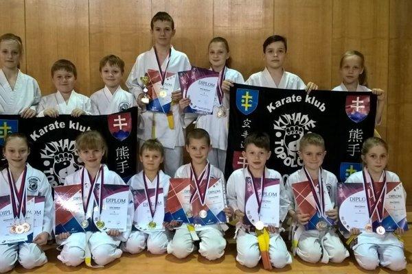 Úspešní karatisti z karate klubu Kumade Topoľčany.