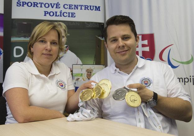 Na snímke úspešní paralympijskí strelci vľavo Veronika Vadovičová (4x zlato a 4x svetový rekord) a Radoslav Malenovský (zlato a striebro) po návrate z pretekov Svetového pohára v Abú Zabí.