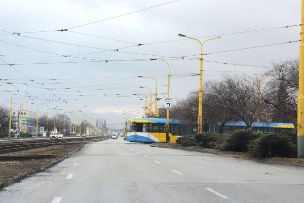 Električky pri Rybe.DPMK vyzýva vodičov áut, aby dávali na Južnej triede električkám prednosť.