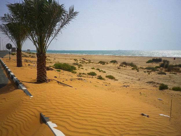 Piesok a more sú hlavnými symbolmi Rás al-Chajmá.