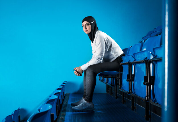 Krasokorčuliarka zo Spojených arabských emirátov Zahra Lárí má na hlave šatku hidžáb značky Nike. Americký výrobca športového oblečenia Nike v utorok 7. marca 2017 predstavil šatku hidžáb pre moslimské športovkyne. Pokrývku hlavy nazvanú Nike Pro Hijab vyvíjala firma rok v spolupráci so športovkyňami.