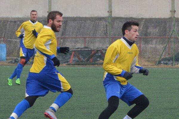 H. Obdokovce za gólmi bude ťahať opäť Zsebi (s loptou). Pomôcť im má aj Tomáš Krajčík (vľavo), ktorý sa vracia späť z Kuzmíc.