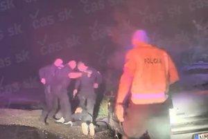 Na záberoch policajnej kamery vidno ako plicajti kopú do bezvládneho tela.