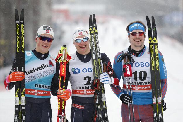 Trojica najlepších zo šprintu mužov - zľava druhý Johannes Hösflot Klaebo, víťaz Eirik Brandsdal a tretí Sergej Usťugov.