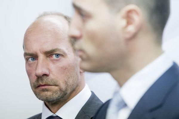 Miroslav Kočan sleduje ministra zdravotníctva Druckera.