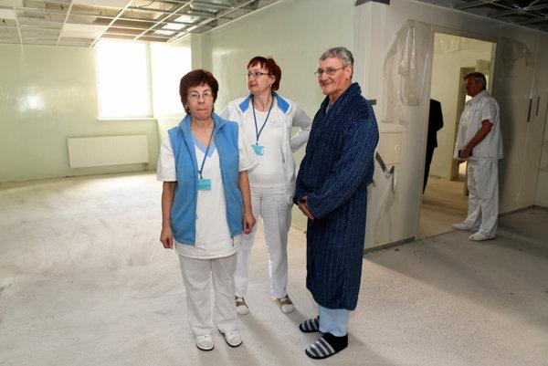 Zamestnanci bojnickej nemocnice si prezerajú nedobudované priestory operačných sál nemocnice.