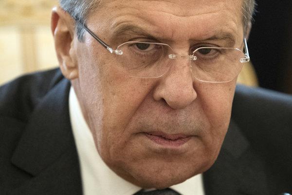 Lavrov si na dôležité rokovania mobil nenosí.