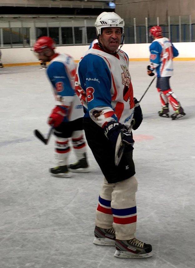 Miluje hokej. Pravidelne si chodí zahrať s kamarátmi.