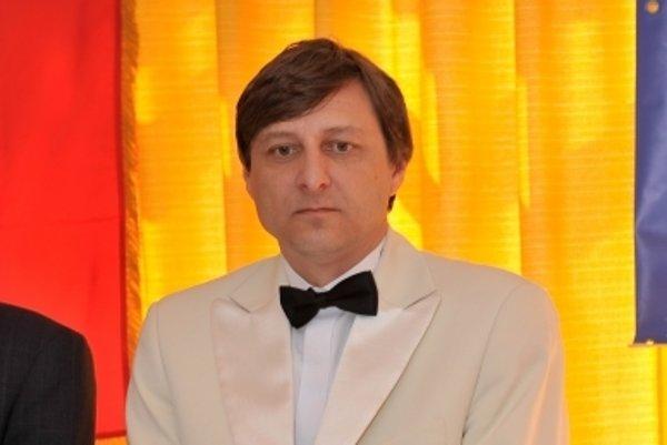 Advokát Hudzovič sa v roku 2011 stal guvernérom československej pobočky medzinárodnej dobrovoľníckej organizácie Lions Club. V súčasnosti už medzi členmi klubu nefiguruje.