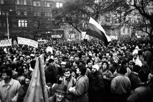 Námestie SNP v Bratislave 22.novembra 1989 počas povolenej manifestácie študentov a ďalších obyvateľov hlavného mesta.