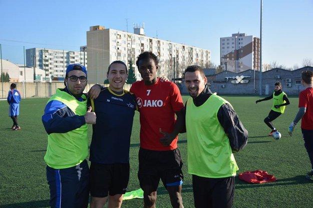 Pred tréningom. Zľava: Francúz Vatche Militosjan (jeho brat Vahagn hral za Topoľčany v jesennej časti, Francúz Issac, z Rwandy prišiel Fitina Omborenga a Younes Laouzai.