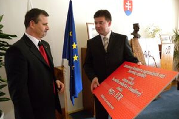 Primátor Handlovej Rudolf Podoba (vľavo) preberá symbolický šek.