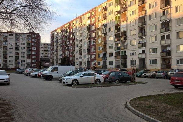 Parkovisko so vstupom zHradnej ulice kapacitne nestačí, je preplnené.