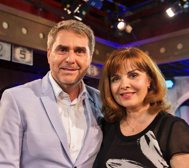 Neskoro večer. Šou známa z televíznych obrazoviek začala putovať po Slovensku. Peter Marcin v Dome umenia 2. apríla privíta herečku Zuzanu Tlučkovú, herca Ivana Krúpu a heligonkárku a speváčku Vlastu Mudríkovú.