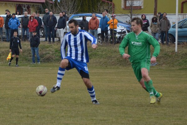 Veľké Bedzany vyhrali doma, víťazný gól strelil Ján Mucha.