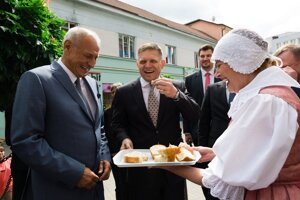 Primátora Ružomberka Igora Čombora a premiéra Fica privítali v Ružomberku chlebom.