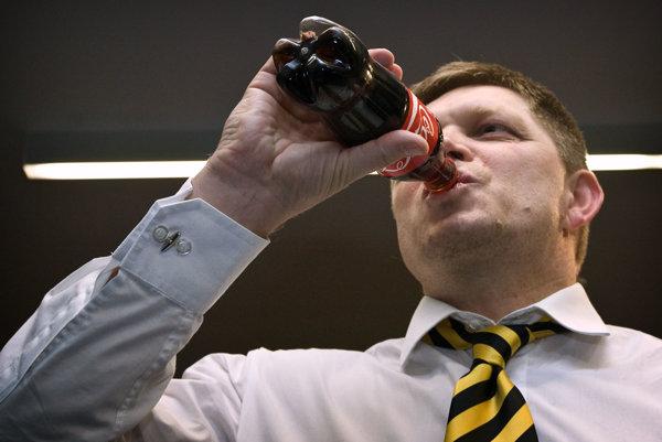 Premiér Robert Fico dodnes nepovedal, či v konšpiračnom byte na Vazovovej pil colu.