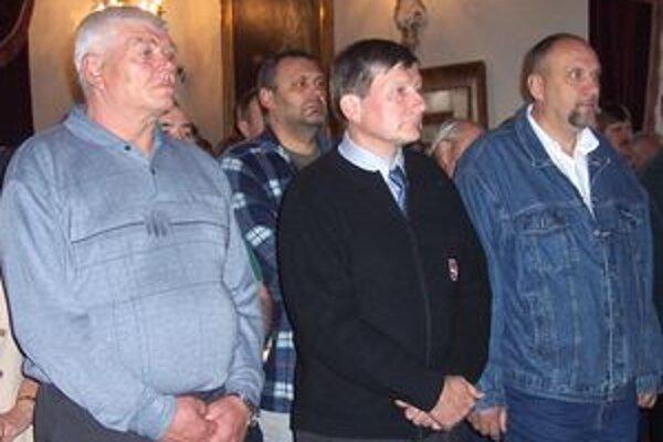 Pamätnú medailu Jána Kňazovického prevzdali (zľava) Miloš Kristiník, Marián Polerecký a Peter Talajka.