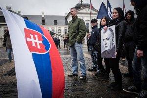 Účastníci Pochodu za samostatné Slovensko k hrobu Jozefa Tisa.