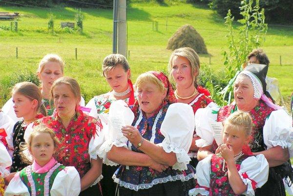 Tri generácie Komjatnianok. Komjatná je rázovitá obec so šikovnými obyvateľmi.