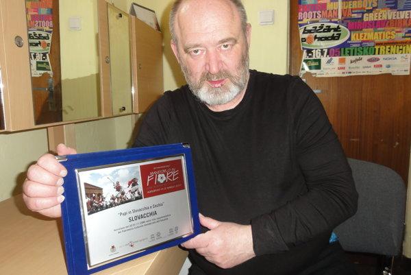 Z festivalu na Sicílii si Ivan Gontko priniesol aj spomienkovú plaketu s názvom Bábkarstvo na Slovensku a v Čechách.
