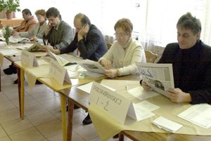 Pohľad do volebnej miestnosti počas referenda 11. novembra 2000 na Luníku IX v Košiciach.