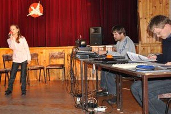 Na konkurze si mladých spevákov vypočuli členovia kapely Spray.
